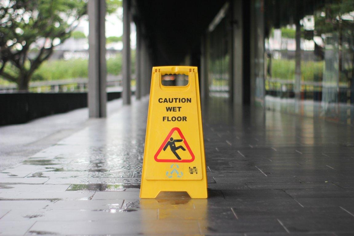 segnale giallo di pericolo pavimento scivoloso - lavoro in pericolo